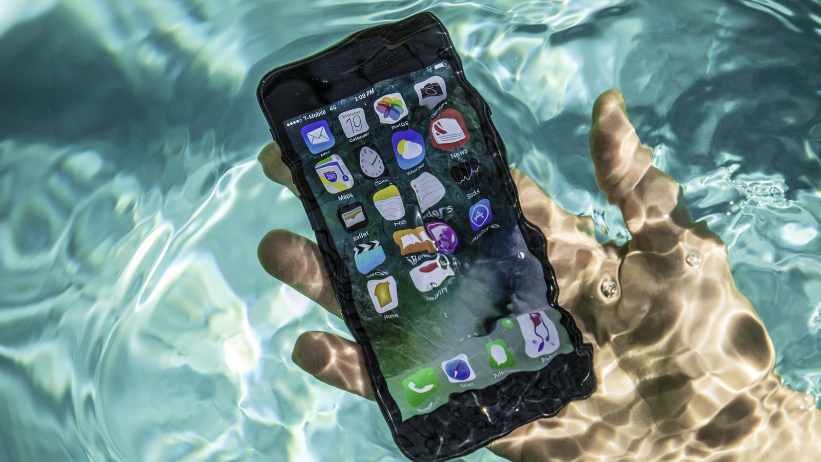 iPhone 7 Pool Tests Water Splash